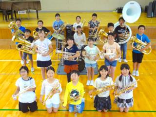 全校児童32名。西内小学校の金管バンドが夢の北海道演奏会へ!