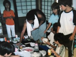 お腹をすかせた子どもが無料で参加できる料理クラブをオープン!