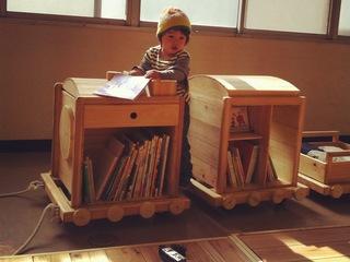親子でのびのびと過ごせる図書室づくりを。絵本の移動文庫「おさんぽ図書」