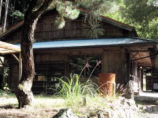 台風被害で壊れた古民家を滞在型創作施設として甦らせる
