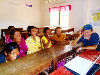 カンボジア農村の貧困層の子どもたちに最高の先生と教室を!