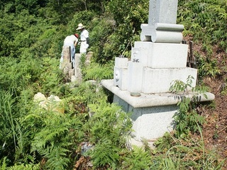 和歌山で地元高校生がお墓掃除をし、高齢者と触れ合うきっかけを