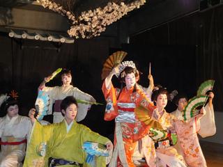 女歌舞伎!西東京で福祉ボランティア公演をして高齢者を支援する
