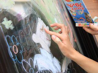 ガラスに描ける不思議なチョークで子どもと大人が一緒に遊ぶ日常を!「こどもとおとなの日」
