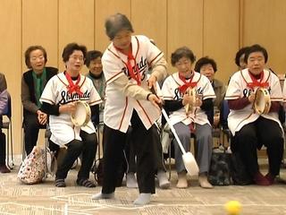 仮設住宅に住む高齢者の方々の運動不足やストレスを解消させる「リアル野球盤」