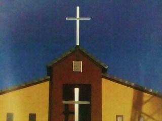 教会の屋根にLED付きステンレス十字架で希望の輝きを