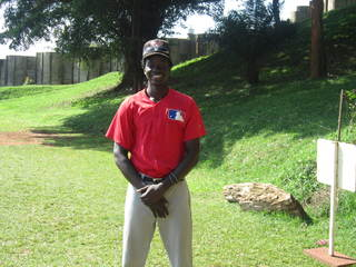 ウガンダ野球少年ワフラ君、プロ野球選手になる夢の実現を!