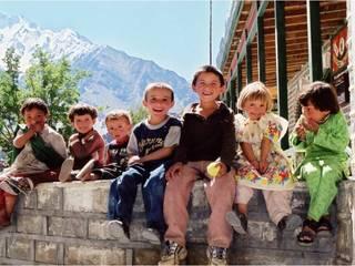 パキスタン山岳地域の昔話を紙芝居にし両国に残す