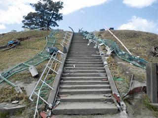 被災地閖上の日和山を訪れる人の安全のため階段に手すりを!