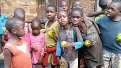 ウガンダの孤児院 雨が降っても泥水がホームに入らないようにしたい
