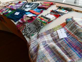 障がいを持つ仲間がさをり織りを地域で販売し、交流したい。