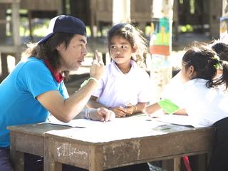 日比野克彦がラオスの小学生と絵を描く ポントゥン村美術部2013