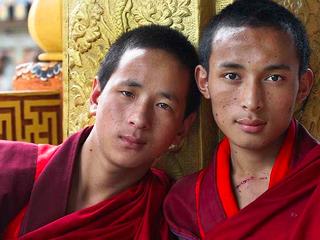 ブータンの薬物依存を克服した若者に「家具つくり」技術の指導を