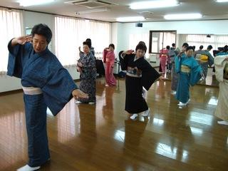 日本の伝統芸能継承の為、所作や着物、舞台芸術を体験してもらう