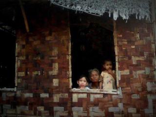 ミャンマーの無電化地域に発電機を届け、生活環境を改善したい。
