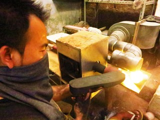インドネシアのサンダル職人を守るため、適正価格で仕事を依頼!