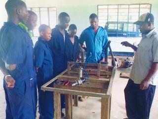 才能あるタンザニア人自動車工学の教師に経営のイロハを伝えたい