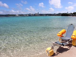 グアムにビーチで遊べる車イスを導入し、海を楽しんで欲しい。