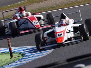 20歳の現役大学生レーシングドライバーがFIA-F4日本一に挑戦!