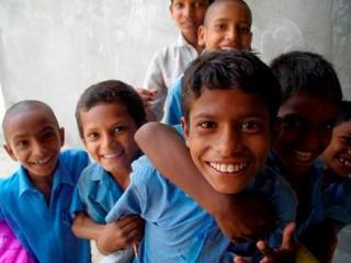 給食を楽しみにしているインドの子供たちに食料を提供したい!