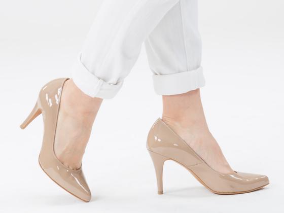 女性の脚、姿勢、歩行を美しくする快適な9㎝ヒールパンプス製造