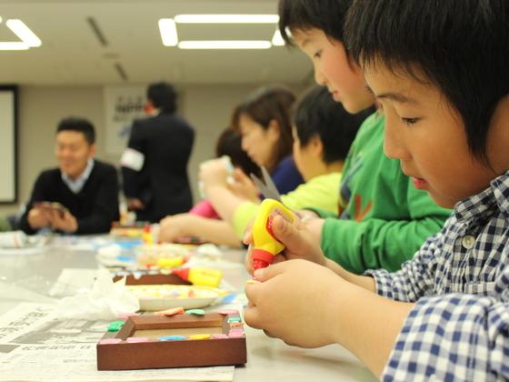 子供達とガレキで写真立てを作り、東日本大震災を次世代に伝える