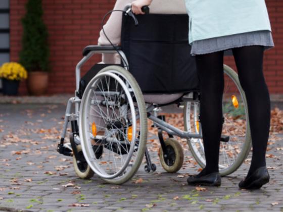 介護スタッフの負担を軽減するため、新しい車椅子を開発したい。