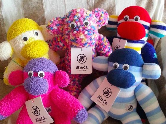 靴下のお猿さん「おのくん」を製作する東北のお母さん達を沖縄へ