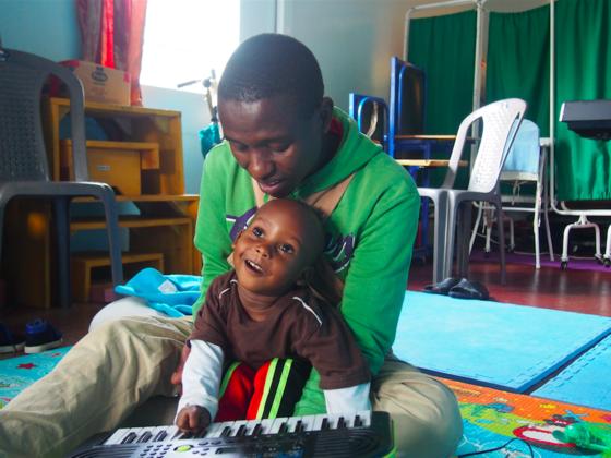 ケニアの障がい児施設で、寄り添い働く理学療法士を支えたい!