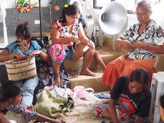 アティ族11人の女性が編みこむバッグで、夢への第一歩を。
