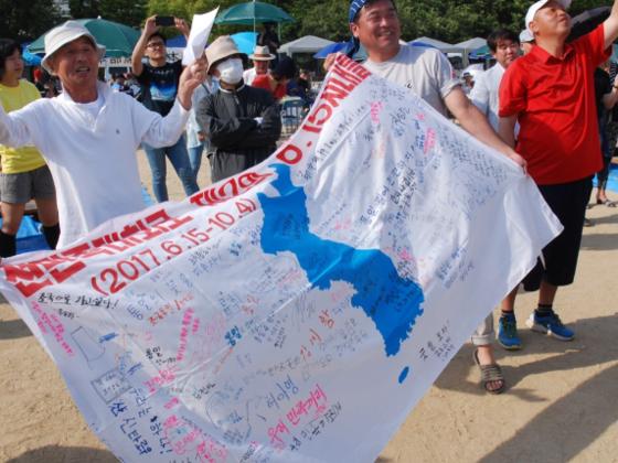 朝鮮半島平和統一へ!思いはひとつ、空に向かって!!