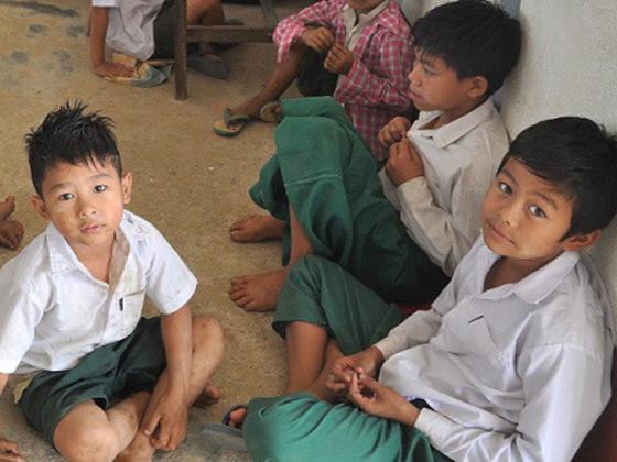 ミャンマーの小さな村の小学校に、ぬくもりある木の床を届けたい