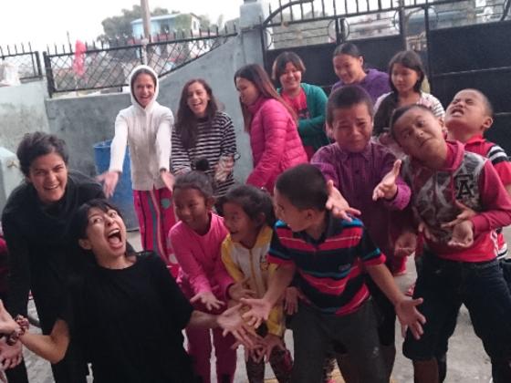 お芝居の出前集団がネパール孤児院で上演、子供達と演劇創作も!