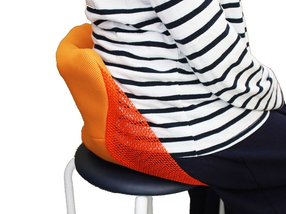 デスクワークの腰痛を解消するための持ち運びに便利な座椅子
