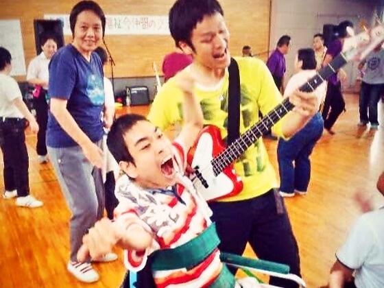 滋賀県の養護施設13ヶ所を回り重度障がいの子に音楽を届けたい