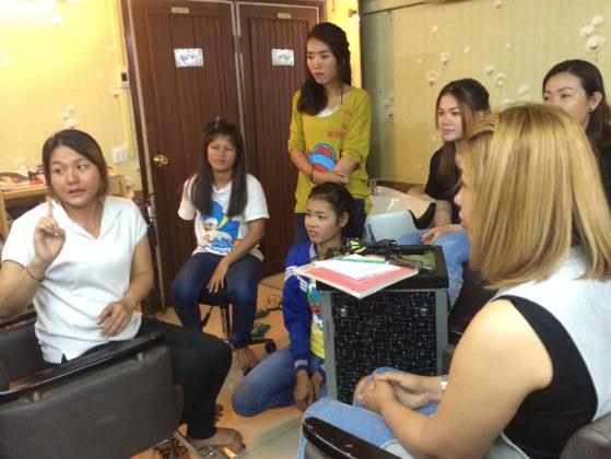 カンボジアの美容業界で働く聴覚障害者職業サポート動画作成支援