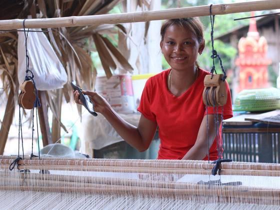 """カンボジア農村の女性50人に、村の伝統産業""""手織り""""で働く機会を"""