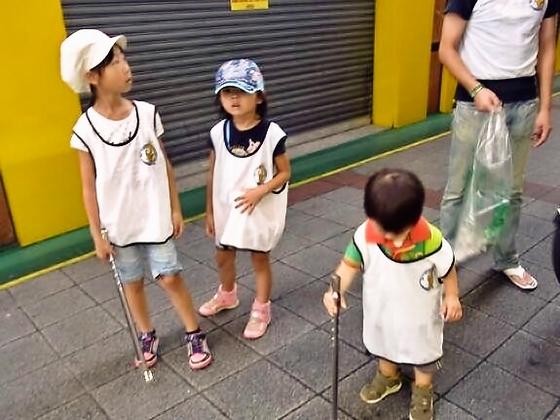 大阪の京橋で宝探しをしながら道路にこびりついたガムを一掃する