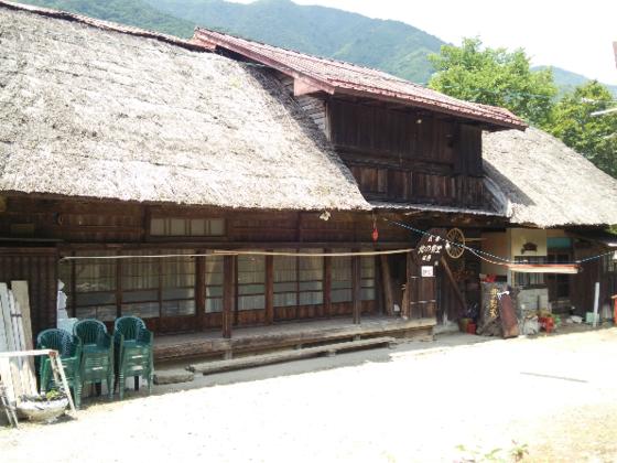 山梨の築175年「民宿 北の勢堂」旧館の茅葺屋根を守りたい。