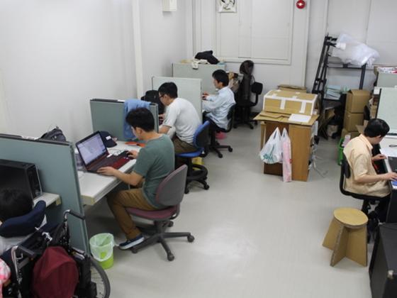 就労支援事業所で障がい者や難病患者によるデザインTシャツ制作