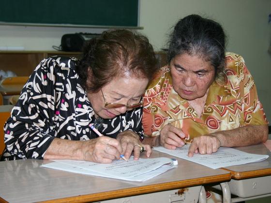 沖縄戦で止った学びの時計を動かし始めたおばぁ達の想いを本に!