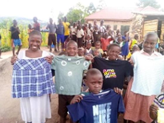 スラムで暮らす子供たちへの衣服支援にご協力をお願い致します。