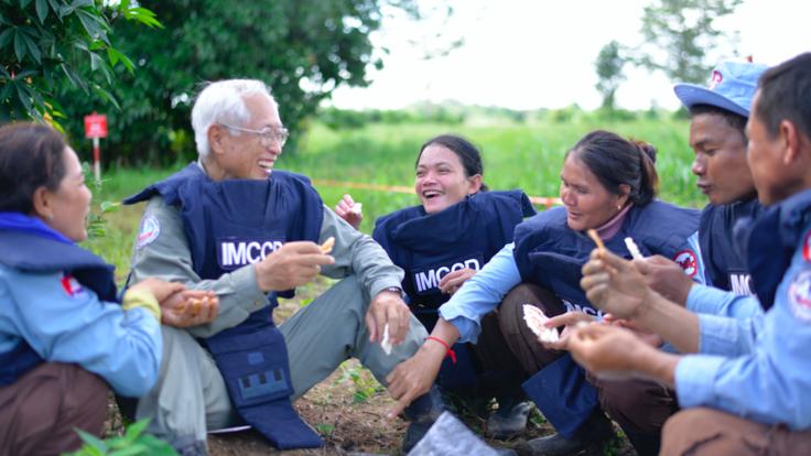 地雷は記憶を奪えない。カンボジアに平和な畑を残し、眠る仲間へ