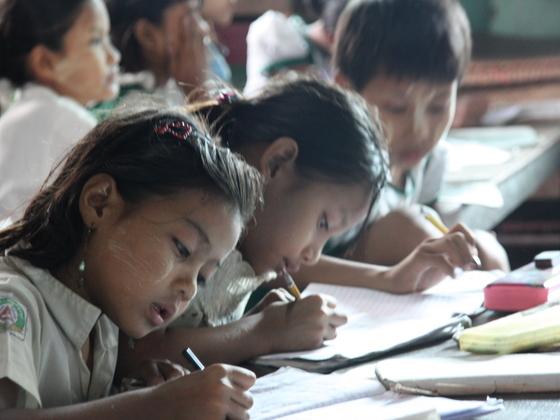 ミャンマーの恵まれない子ども達に机・椅子や文房具を届けたい!