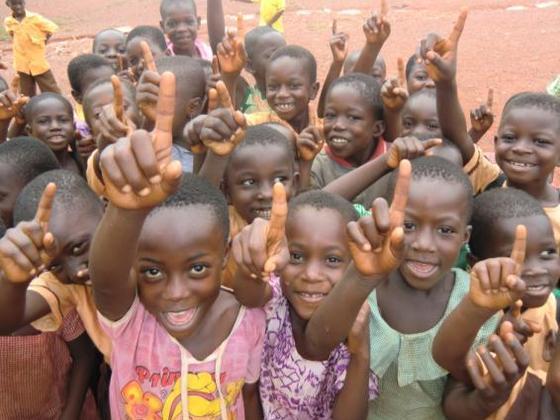 ガーナカカオ生産地で大人が健康的に働けるように健康診断を実施