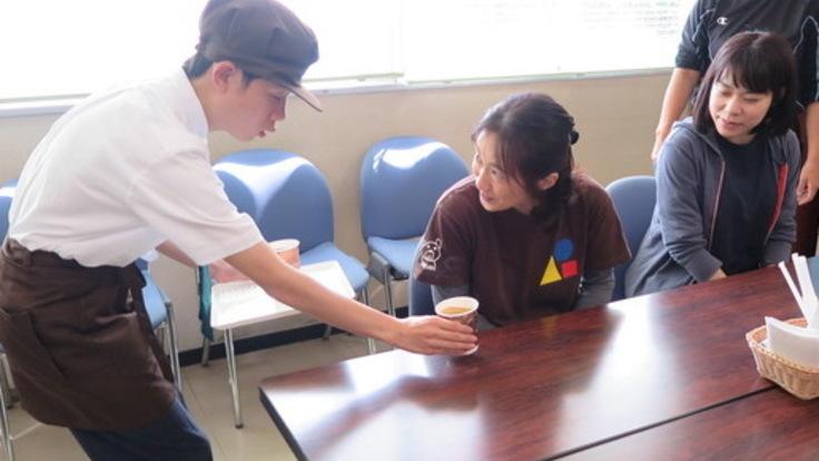 生徒たちにさまざまな職業体験を!えがおカフェをオープン