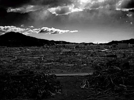 震災の記憶を風化させないために。震災写真集を図書館に寄贈したい。