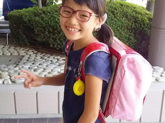 小学生が安全に通学するためのグッズ「サンドセル」を製造する