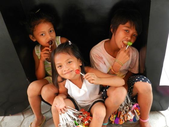 セブ島の物売りをしている13人の子ども達に毎日の給食と学びの場を!
