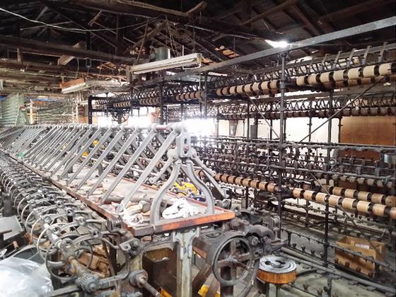 絹産業遺産を守るため、古い撚糸機で金属アート作品を制作!